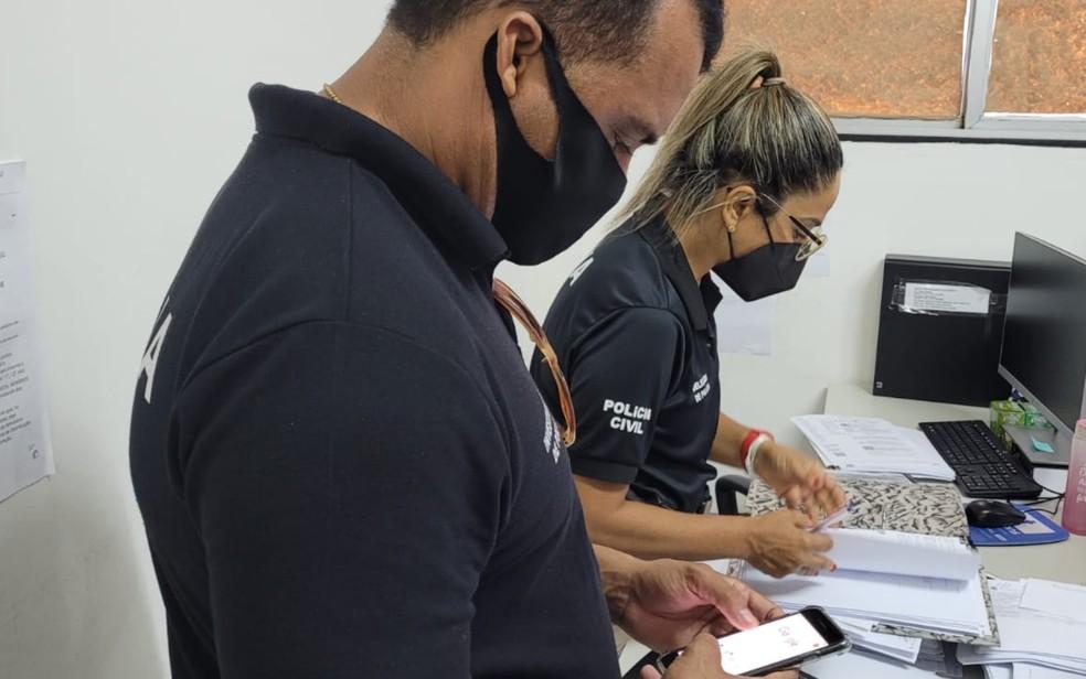 Mandados de busca e apreensão são cumpridos contra ex-funcionários do Detran por suspeita de falsificação na BA — Foto: Natália Verena/Polícia Civil