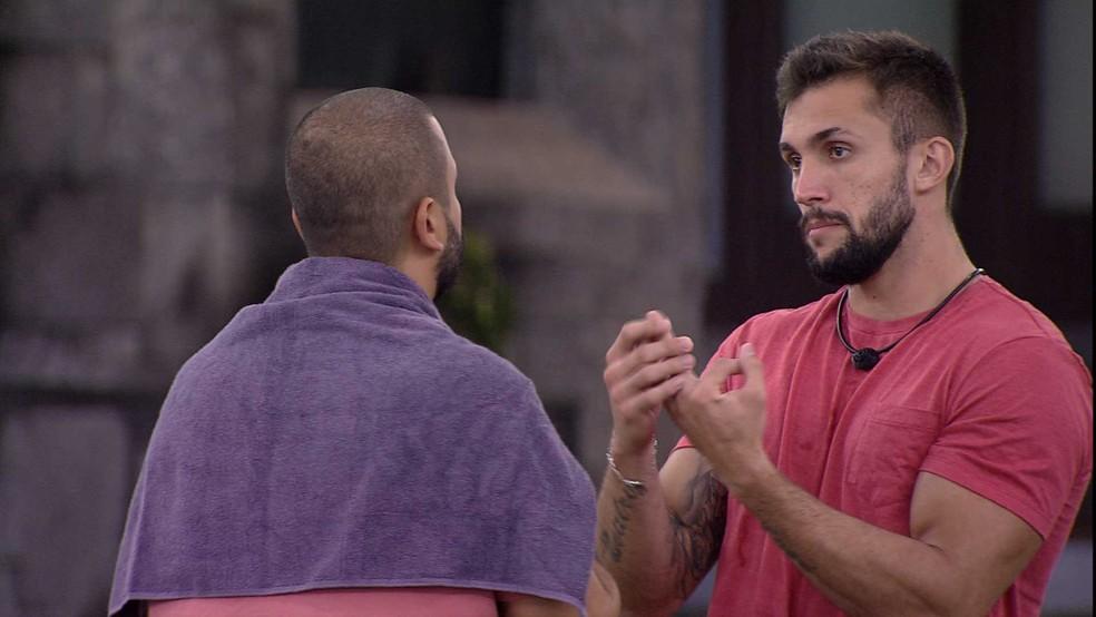 Arthur e Projota conversam sobre divisão da casa no BBB21 — Foto: Globo