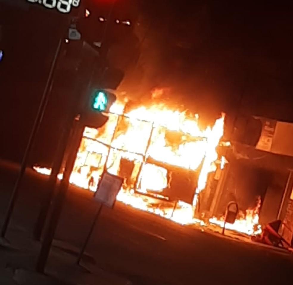 Incêndio destruiu trailer de lanches em Rondonópolis (MT) — Foto: Corpo de Bombeiros