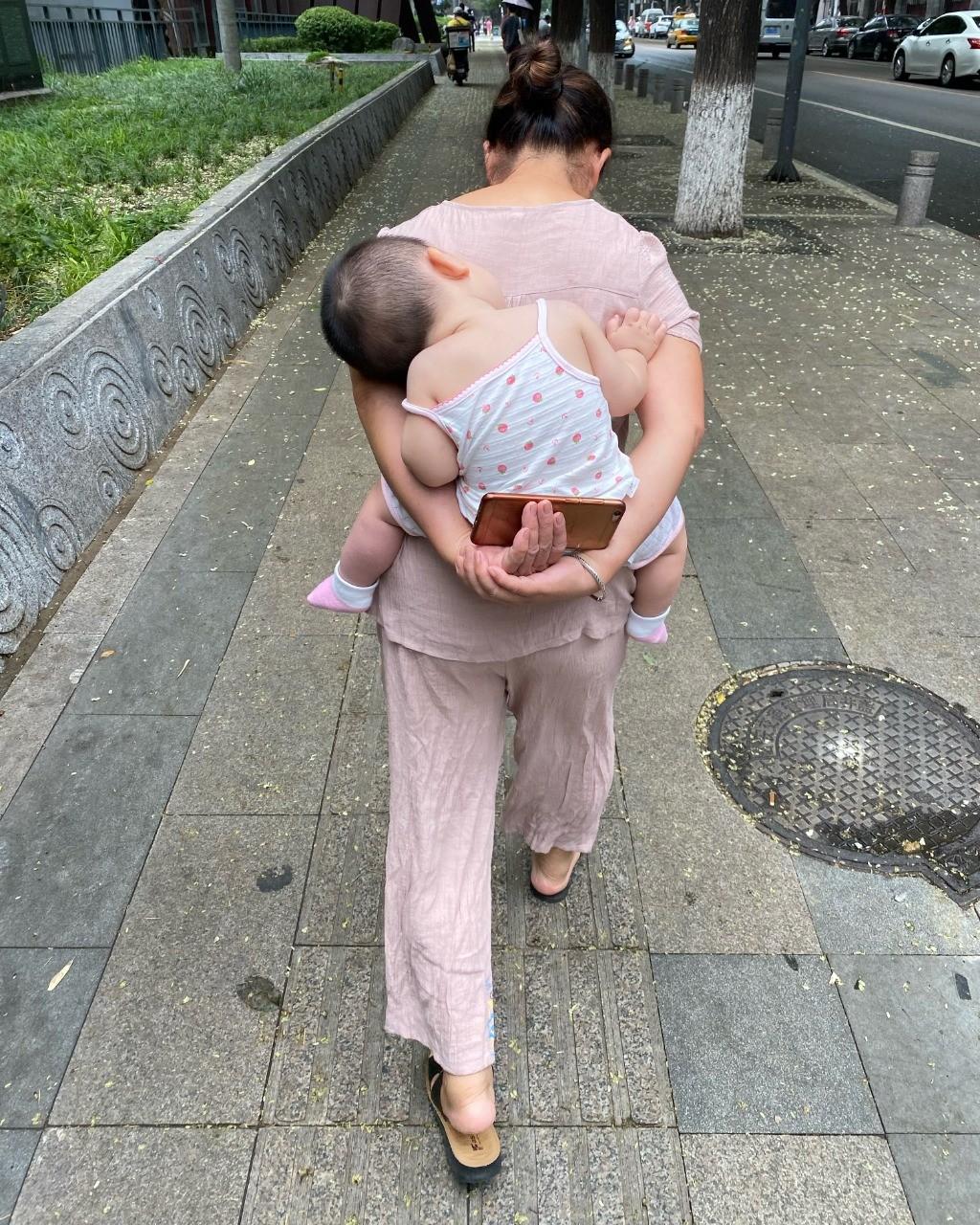 Mãe e filho em Pequim: peso econômico é o principal motivo do desinteresse em ter mais filhos