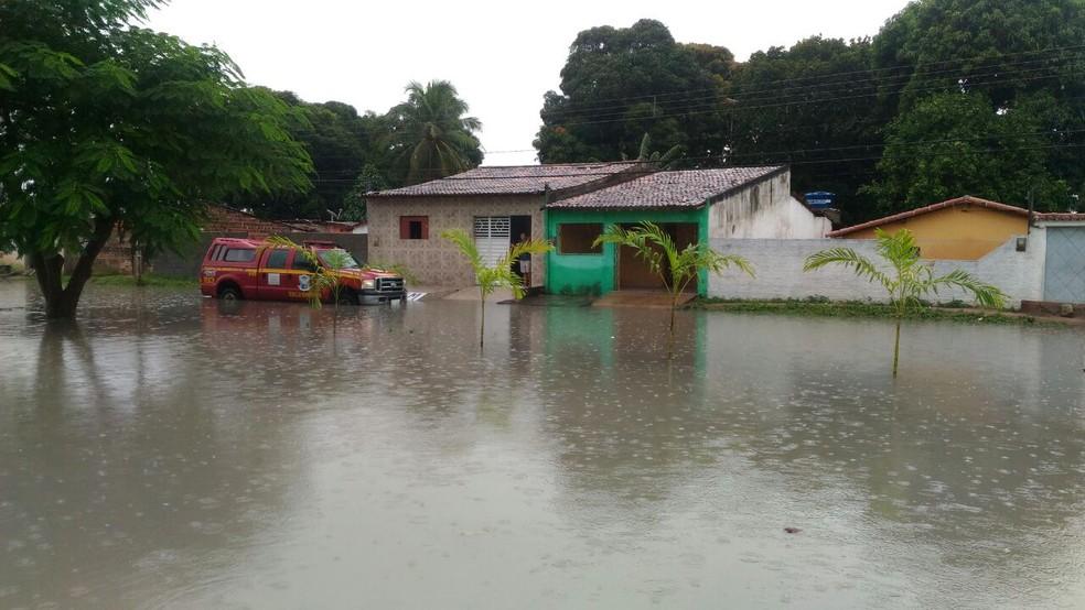 Bombeiros auxiliam moradores da Avenida Doutor Luiz Antônio a retirar a água das casas (Foto: Arioneida Alves/cedida)