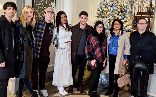 Pryianka Chopra com Nick Jonas, Joe Jonas e Sophie Turner no Natal em família(s) (Foto: Reprodução/Instagram)