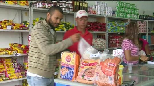 Venezuelanos aproveitam para comprar comida em Pacaraima, RR