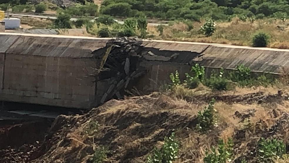 Estrutura próxima à barragem de Jati, no Ceará, foi estourada após abertura de comporta — Foto: Arquivo pessoal
