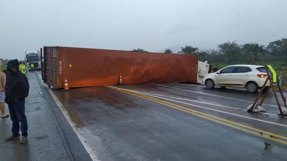 Carreta tombou após acidente na BR-470 em Ilhota — Foto: PRF/ Divulgação