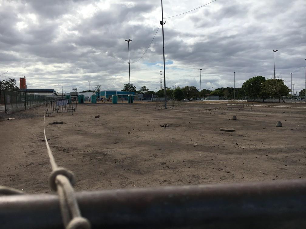 Cordas delimitam espaços de acampamento improvisado para refugiados venezuelanos — Foto: Emily Costa/G1 RR