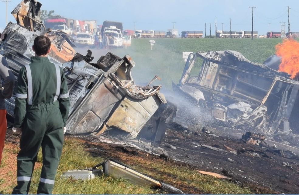 As três vítimas estavam no mesmo caminhão, que atingiu um caminhão-tanque, que explodiu (Foto: MT Notícias)