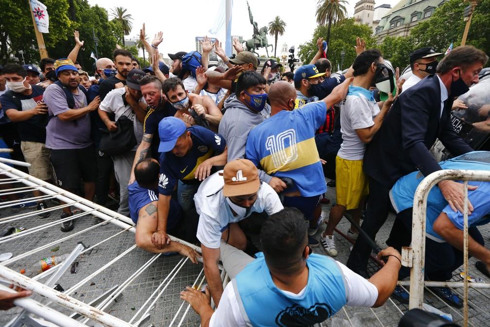 Princípio de tumulto na Plaza de Mayo, na entrada da Casa Rosada: milhares de torcedores tentam participar do velório de Diego Maradona em Buenos Aires, Argentina, em 26 de novembro de 2020 — Foto: Marcos Brindicci/AP
