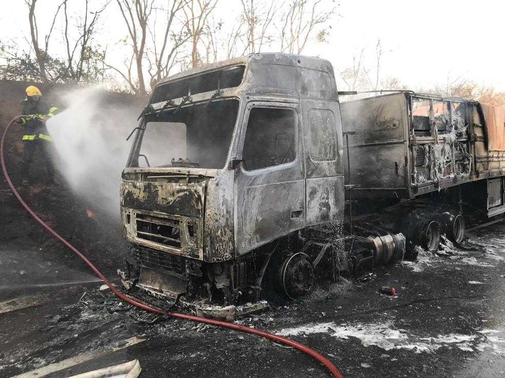 Carreta ficou destruída com as chamas (Foto: Corpo de Bombeiros/Divulgação)