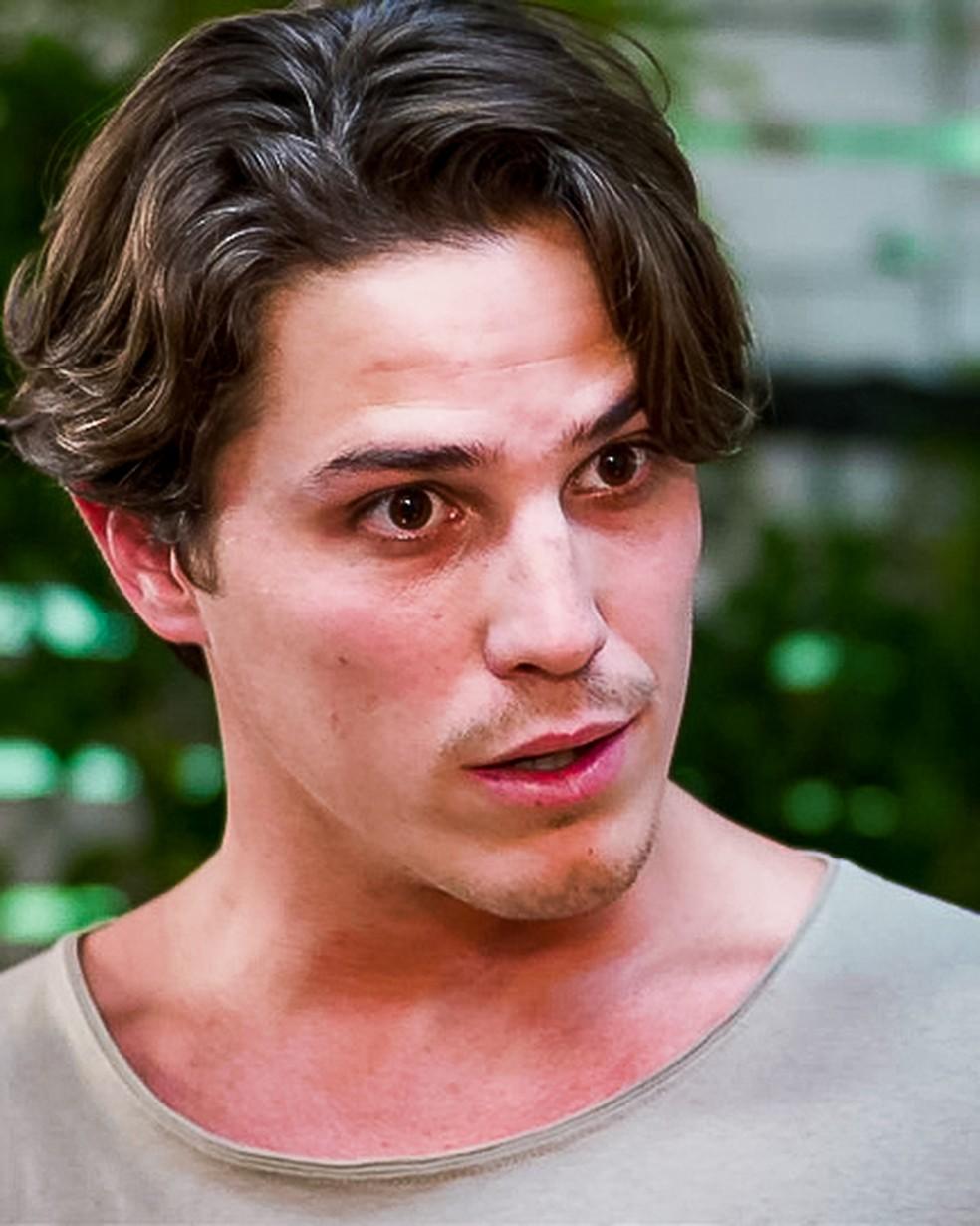 Rui (Romulo Arantes Neto) mostra provas contra Lara (Rosanne Mulholland) para Rita (Alanis Guillen), em 'Malhação - Toda Forma de Amar' — Foto: Globo