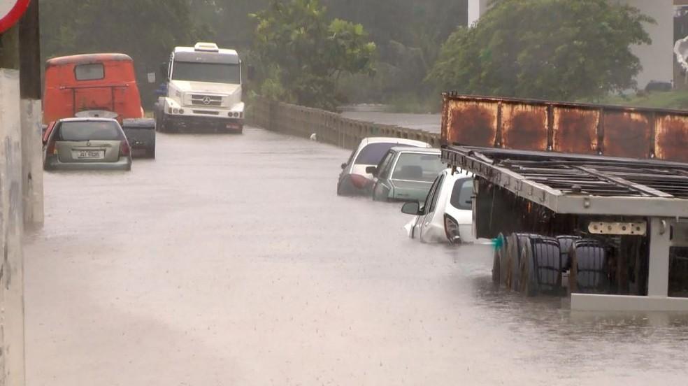 Chuva causou alagamentos na Grande Vitória — Foto: Reprodução/TV Gazeta