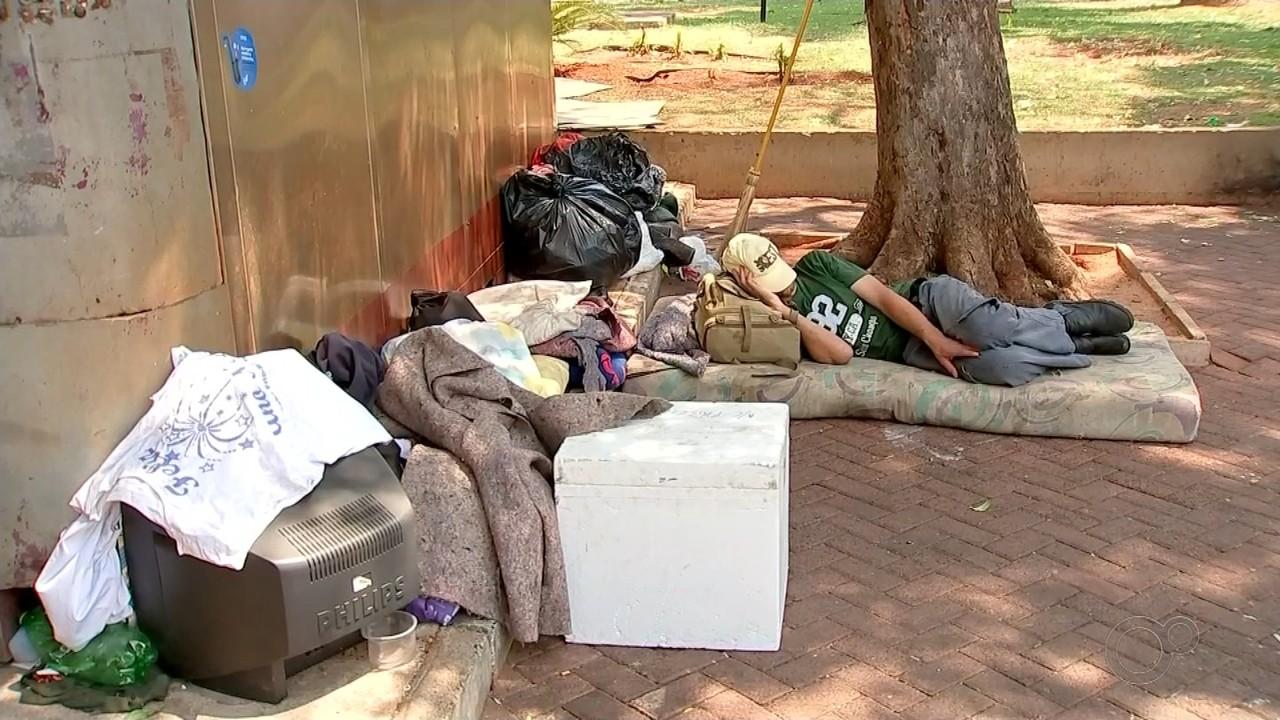 Comerciantes reclamam de sujeira deixada por moradores de rua em Rio Preto