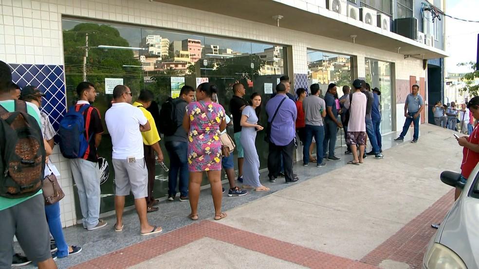 Primeiras pessoas da fila chegaram no local durante as primeiras horas da madrugada — Foto: Reprodução/TV Gazeta