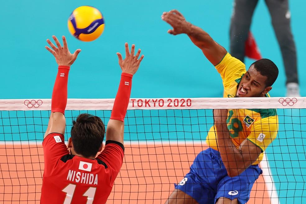 Lucarelli vai para o ataque marcado por Nishida — Foto: Toru Hanai/Getty Images