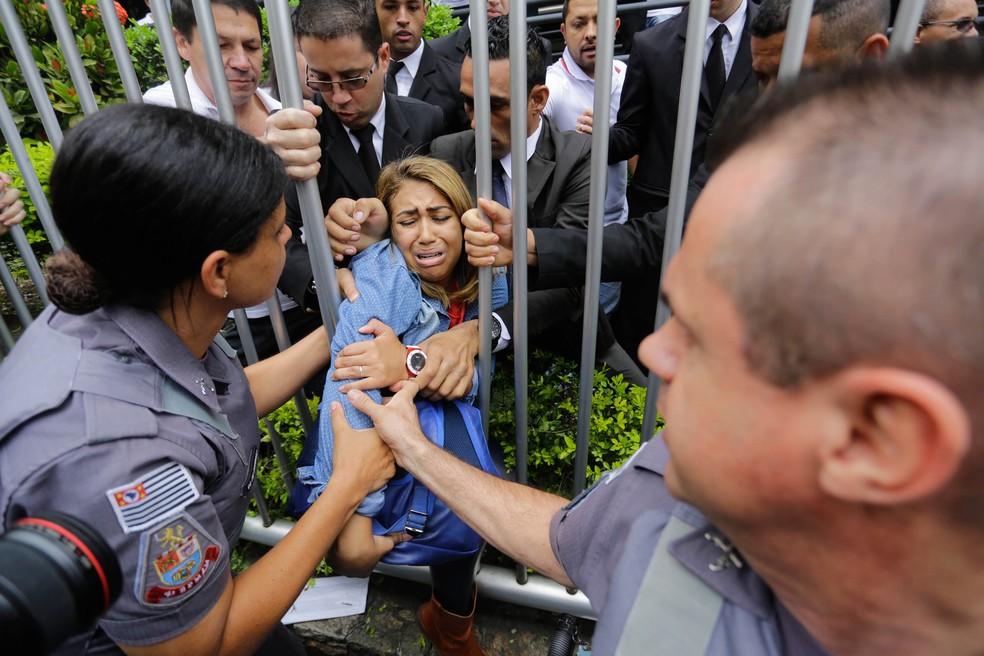 ENEM 2015 - SÁBADO (24) – SÃO PAULO (SP): Atrasada para o Enem é retirada da Uninove na Barra Funda em São Paulo (Foto: NELSON ANTOINE/FRAMEPHOTO/ESTADÃO CONTEÚDO/Arquivo)