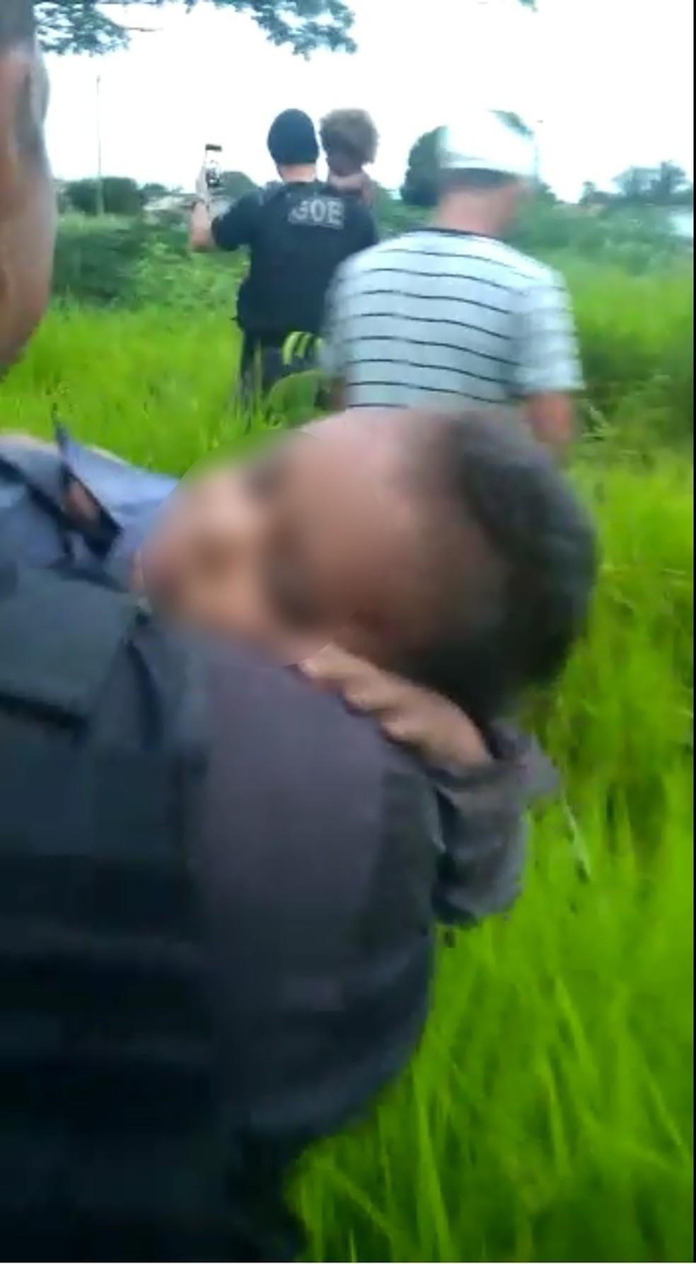 Crianças foram socorridas por policiais após ficarem sozinhas em mata por 8 horas em Nova Lacerda — Foto: Gerência de Operações Especiais (GOE)