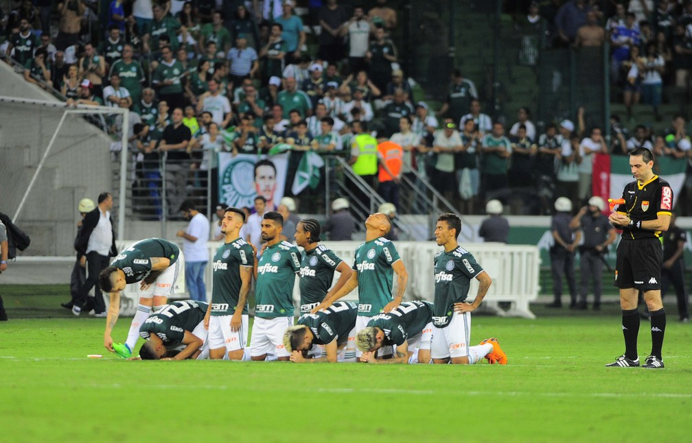 Jogadores do Palmeiras lamentam derrota nos pênaltis em 2018 — Foto: Marcos Ribolli