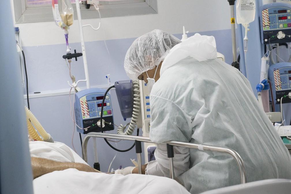 Movimentação de médicos e enfermeiros na Unidade de Terapia Intensiva (UTI) do Hospital Municipal de Osasco, na Grande São Paulo, nesta quarta-feira, 10 de junho de 2020, onde estão sendo tratados pacientes em estado grave de Covid-19, transmitido pelo Coronavírus. No momento, Osasco tem cerca de 50% de leitos de UTI ocupados. — Foto: MISTER SHADOW/ASI/ESTADÃO CONTEÚDO