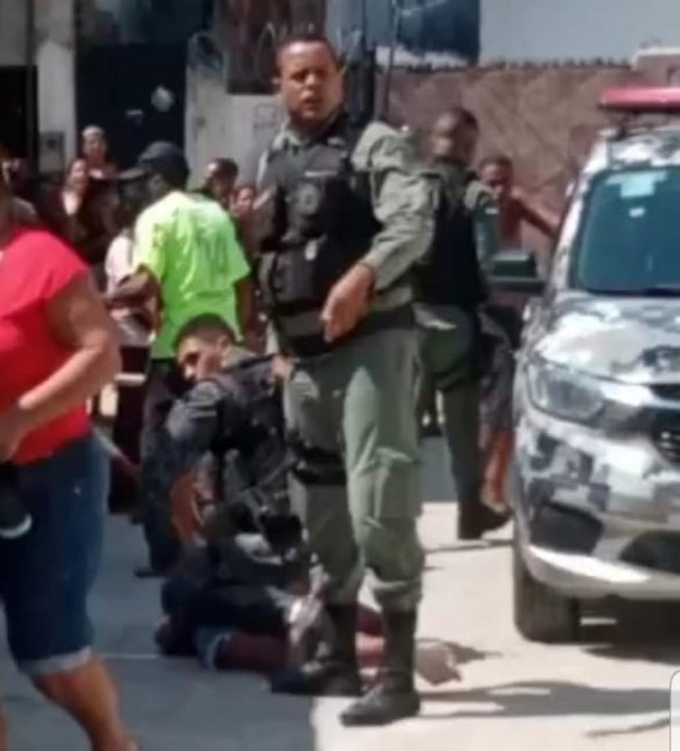 No vídeo, é possível ver um dos policiais pressionando a garota com os joelhos — Foto: Reprodução/WhatApp