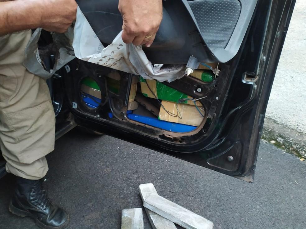 Barras de maconha estavam escondidas em vários compartimentos do carro, como nas portas — Foto: PM/Divulgação
