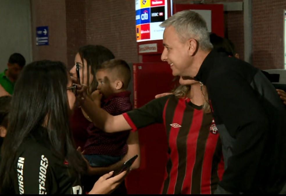 ... Técnico Tiago Nunes atendeu torcedores no desembarque do Atlético-PR —  Foto  Reprodução  191efcb676322
