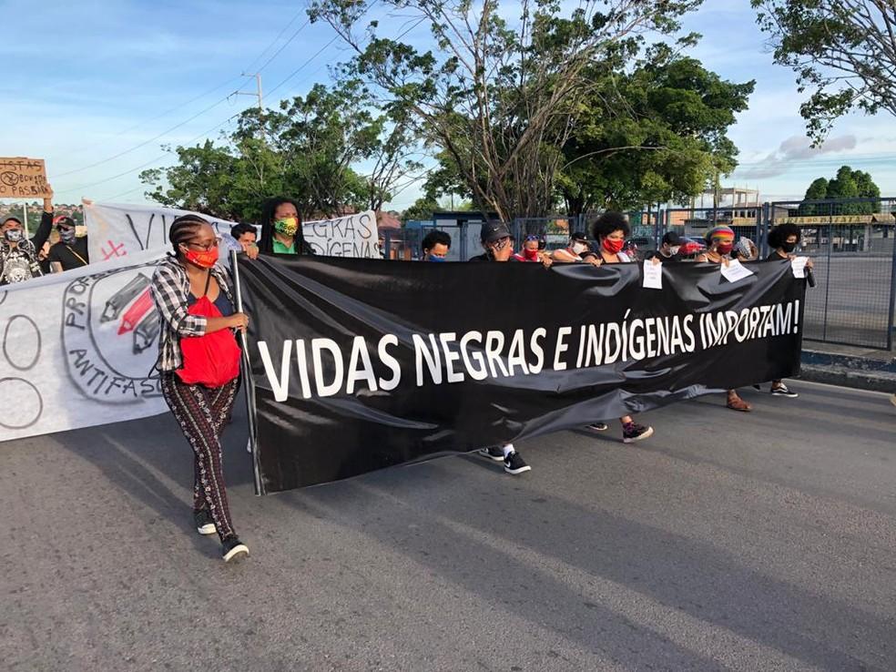 Manifestantes fazem ato contra governo, racismo e pela defesa de índios em Manaus — Foto: Rebeca Beatriz/G1 AM
