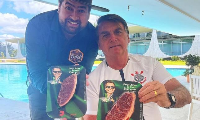 Jair Bolsonaro segura picanha de R$1799, consumida em churrasco do Dia das Mães
