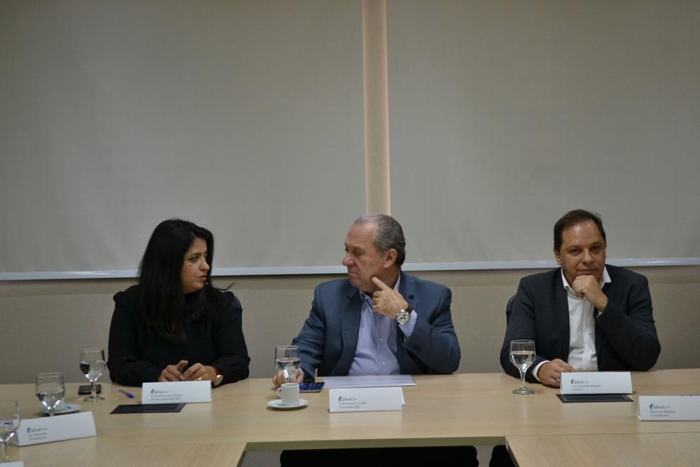 -  A partir da esquerda: Fernanda Gomes Garcia  diretora da CBL , Luis Antonio Torelli  presidente da CBL  e Luiz Armando Bagolin  curador do Prêmio Jab