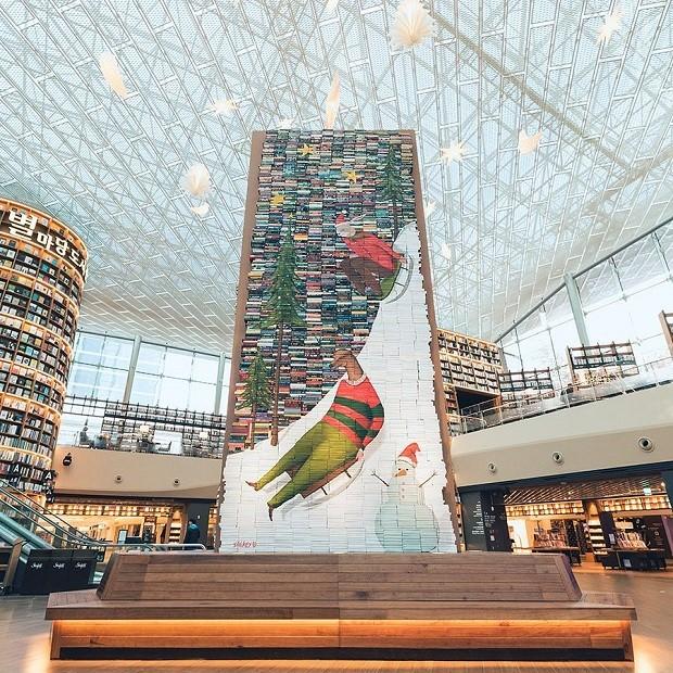 Biblioteca tem decoração natalina com painéis gigantes feitos de livros (Foto: Reprodução)