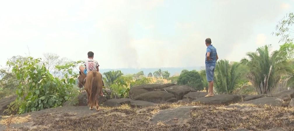 Produtores veem, de longe, chamas dentro de reserva em Nova União — Foto: Rede Amazônica/Reprodução