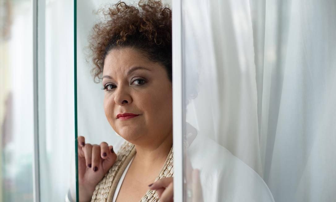 Fabiana Cozza louva 'Senhora negra' em single sublime que anuncia álbum com saudações a divindades