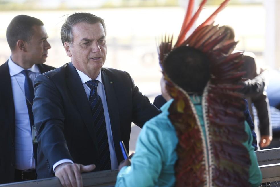 Presidente Jair Bolsonaro conversa com Indios Makuxi da Raposa Serra do Sol ao sair do Palácio da Alvorada — Foto: Antonio Cruz/ Agência Brasil