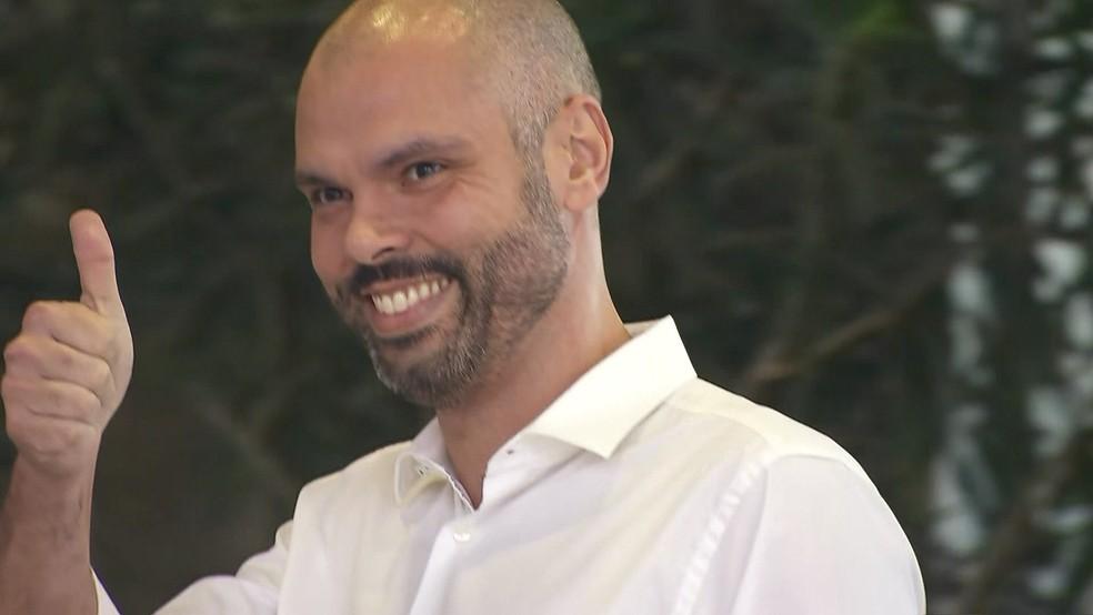 Prefeito Bruno Covas (PSDB) quando teve alta após a 1º internação no Hospital Sírio-Libanês — Foto: Reprodução/TV Globo