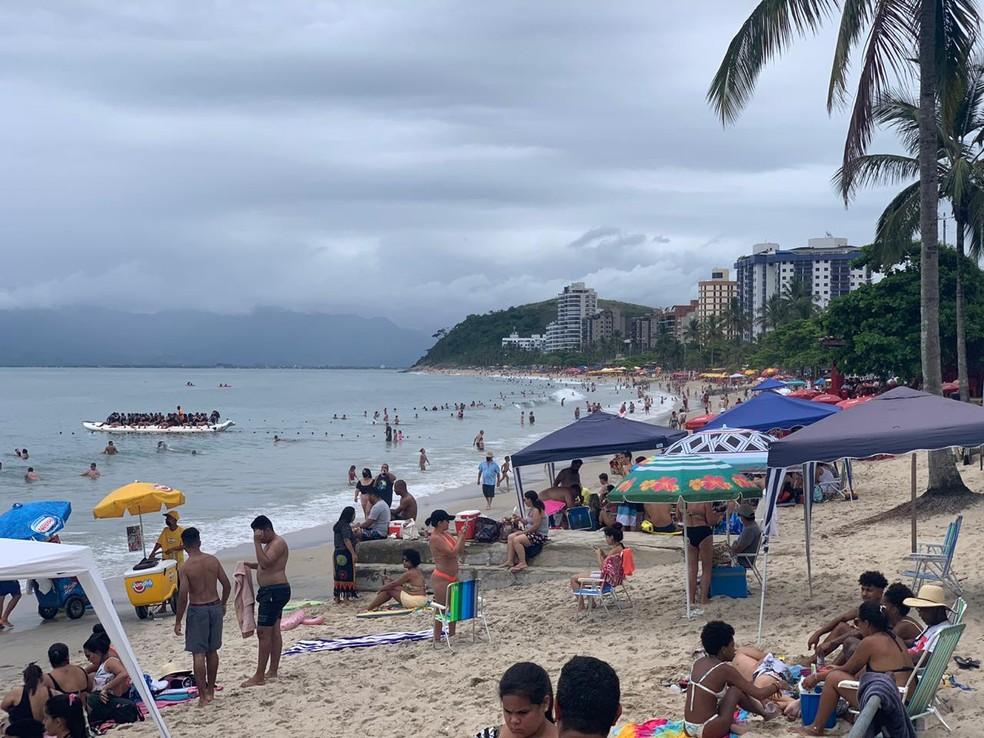 Turistas aproveitam Natal na praia em Caraguatatuba, SP — Foto: João Mota/TV Vanguarda