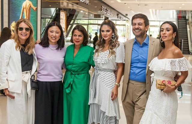 Donata Meirelles, Suzana Cha, Daniela Falcão, Thássia Naves, Bruno Astuto e Silvia Braz posam no evento de abertura da nova loja de Amissima (Foto: David Mazzo)