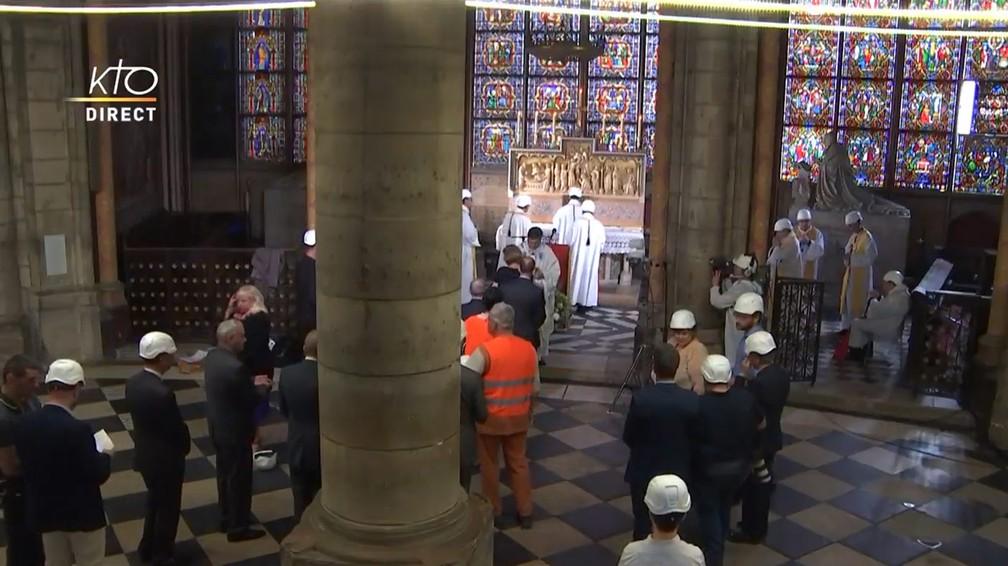 Apenas 30 pessoas tiveram autorização para entrar na Catedral de Notre-Dame para a primeira missa após o incêndio — Foto: Reprodução/KTOTV
