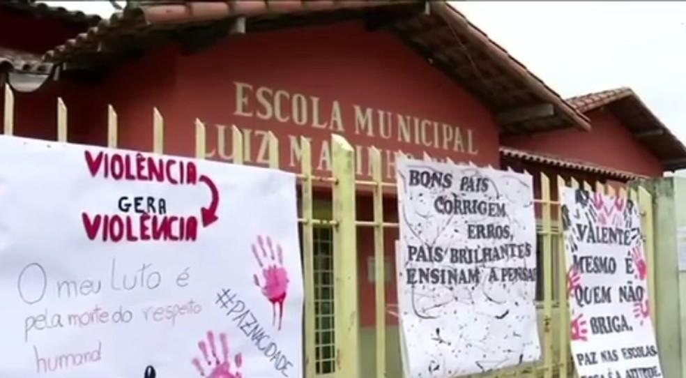 Pais e alunos fixaram cartazes na porta da escola em Piraí — Foto: Reprodução/TV Rio Sul