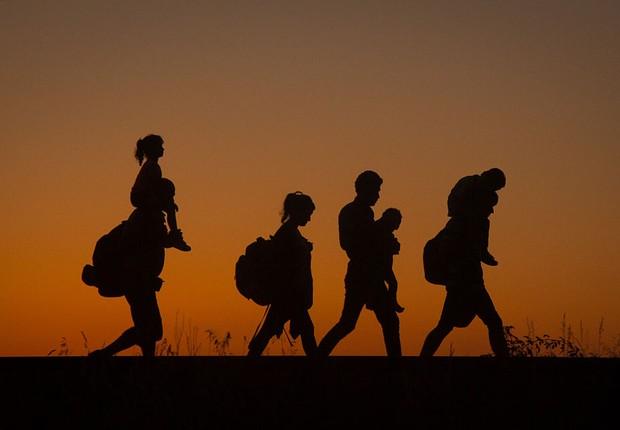 Refugiados caminham na fronteira entre Hungria e Sérvia (Foto: Matt Cardy/Getty Images)