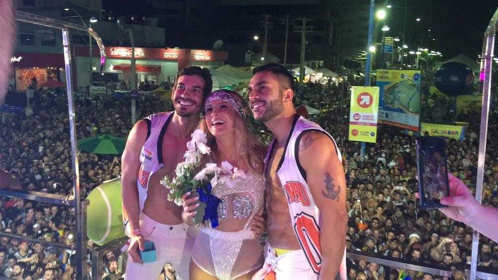 Pedido de casamento gay no trio de Claudia Leitte  (Foto: Maiana Belo/G1)