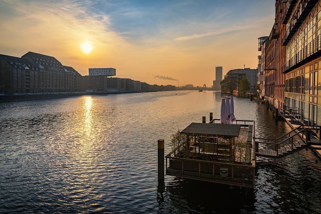 Deck no rio Spree da Watergate, em Berlim (Foto: Reprodução Instagram)