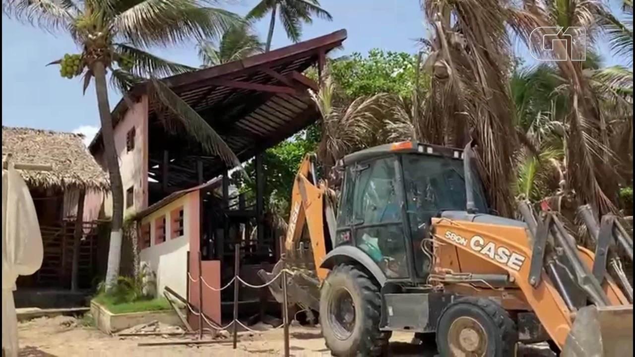 Barraca de praia é demolida no Cumbuco, em Caucaia