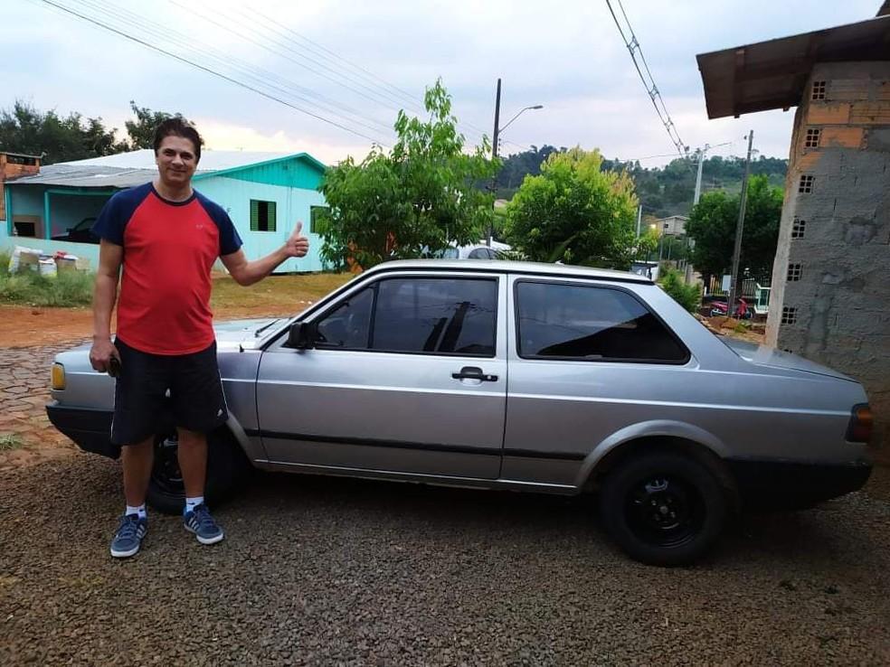 Professor contou para a família que tinha feito uma promessa de devolver o carro se fosse sorteado, em Marmeleiro — Foto: Airton Rama/Arquivo pessoal