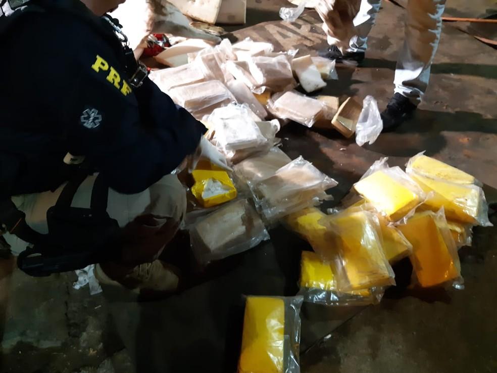 Droga estava escondida dentro de pneus — Foto: Divulgação/PRF