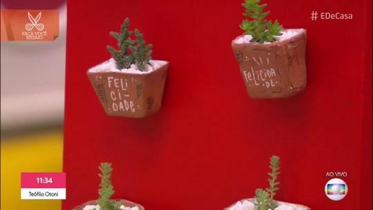 Ímãs de geladeira: faça modelos usando jornal e formas de gelo