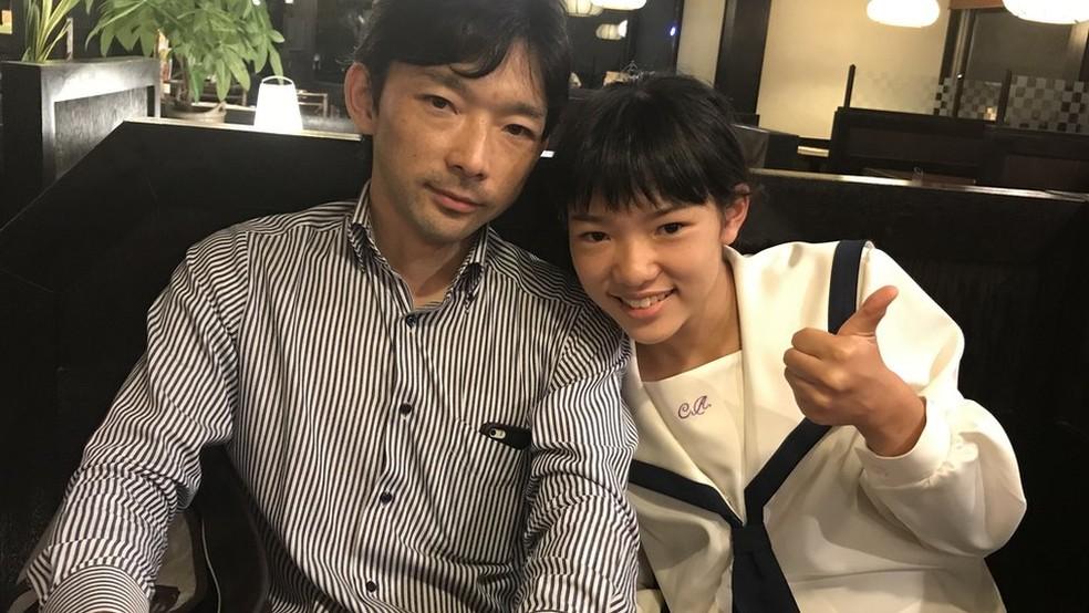O empresário Paulo Hirano fez questão que sua filha, Lisa, estudasse na rede pública do Japão — Foto: Fatima Kamata/BBC News Brasil
