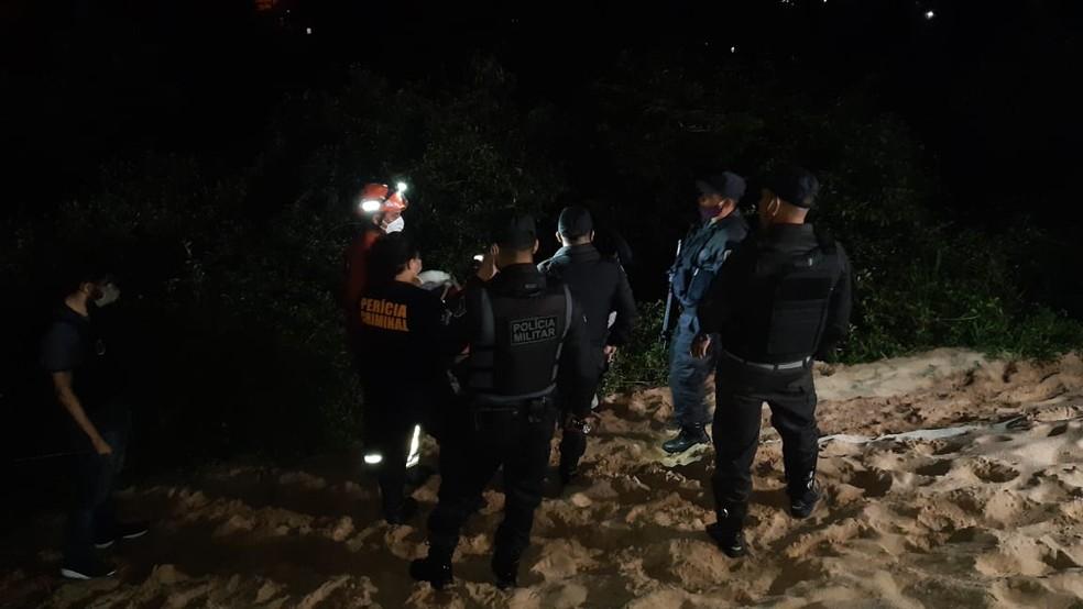 Homem é encontrado morto, nu e com marcas de facadas em Natal — Foto: Sérgio Henrique Santos/InterTV Cabugi