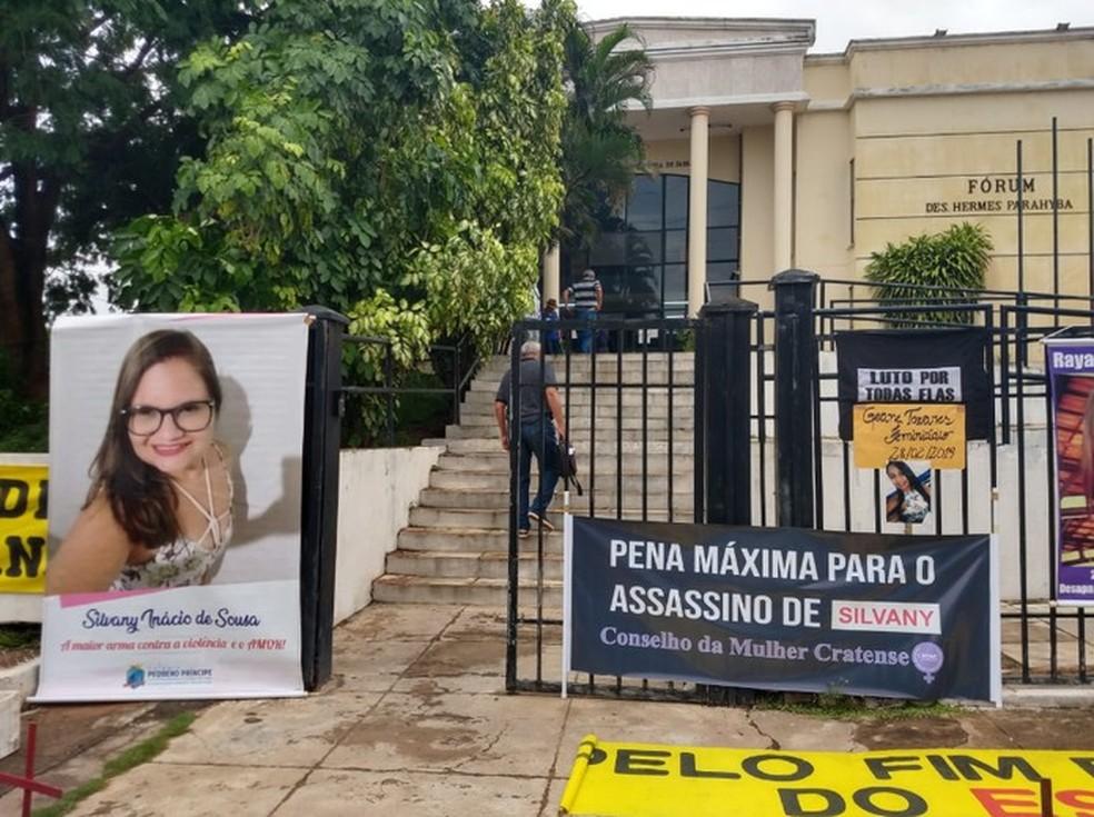 Cartazes em protesto pela morte de Silvany Inácio de Souza na frente do fórum no Crato na manha desta sexta-feira (24).  — Foto: Lorena Tavares/Sistema Verdes Mares