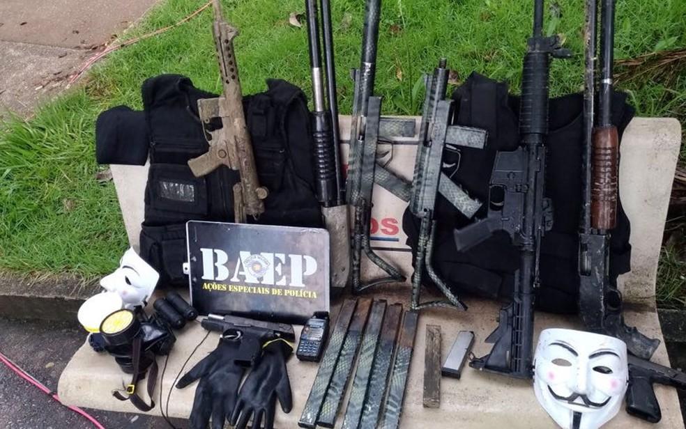 Armas, coletes e munições apreendidas pela Polícia Militar (Foto: Batalhão de Operações Especiais da Polícia Militar (Baep)/Divulgação)