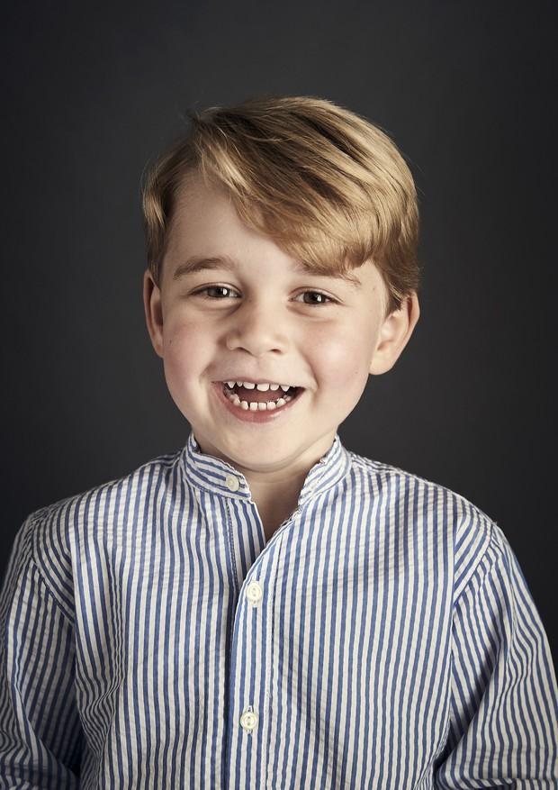 Príncipe George, que completa cinco anos neste domingo (22.07): elegância na camisa golda padre (Foto: Getty Images)