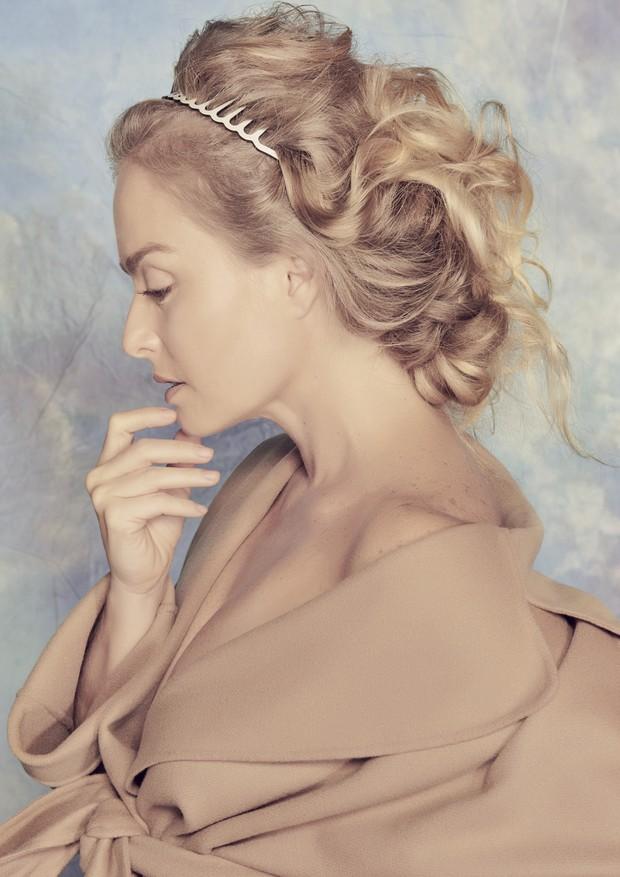 Angélica posa para editorial com beleza assinada por Celso Kamura e styling de Juliano e Zuel (Foto: Pino Gomes)